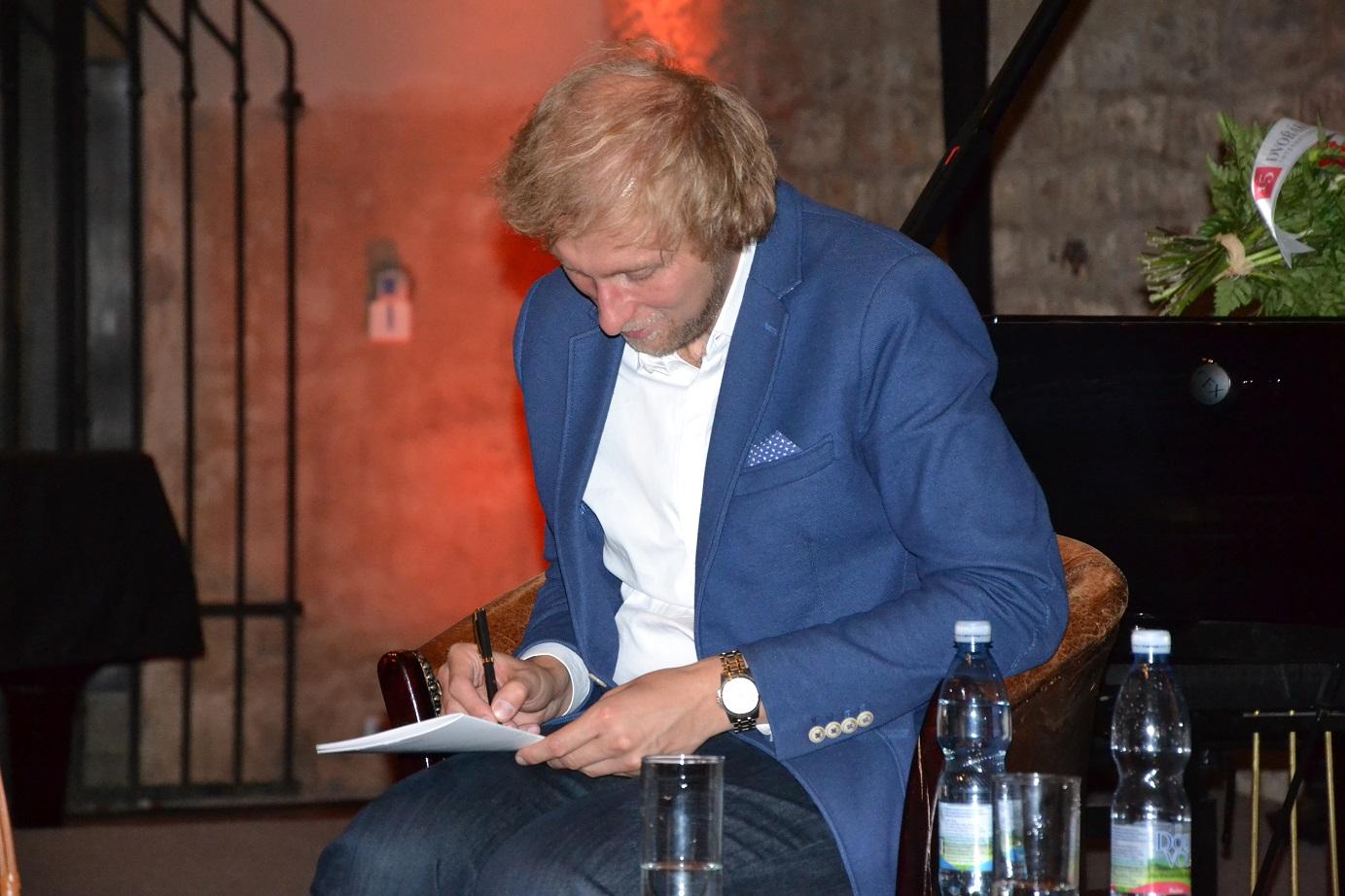 Ivo Kahánek po svém vystoupení debatoval s diváky a podepisoval své nové CD
